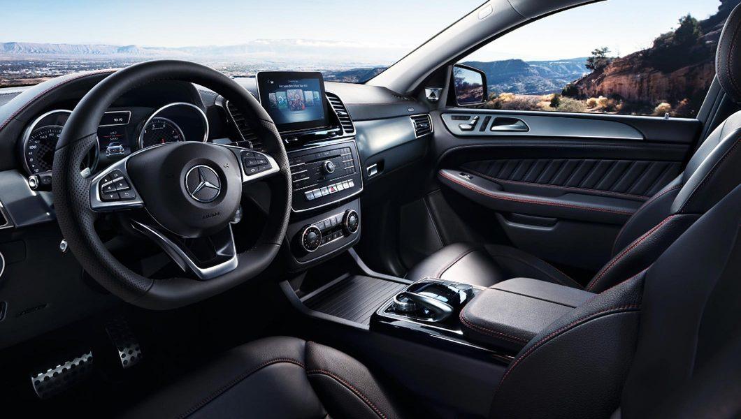 Interiorul confortabil al unui Mercedes-Benz.