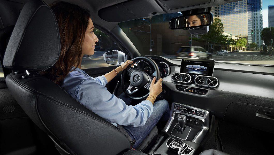Femeie de afaceri la volanul unui Mercedes-Benz.
